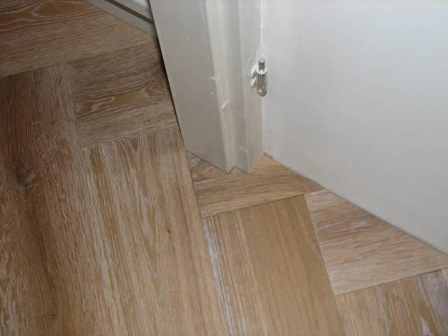 Visgraatvloer - Betegeld wit parket effect ...