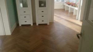 visgraatvloer met meubelen