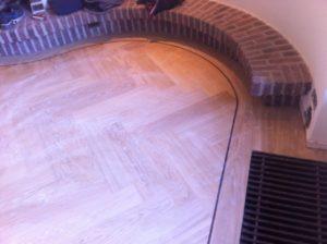 eindresultaat visgraatvloer in ronde ruimte