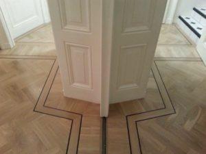 het lijkt wel een spiegel, zo strak is deze visgraatvloer geplaatst maar schijn bedriegt, ziet u het trapje rechts boven in deze zien we links niet op de visgraat vloer