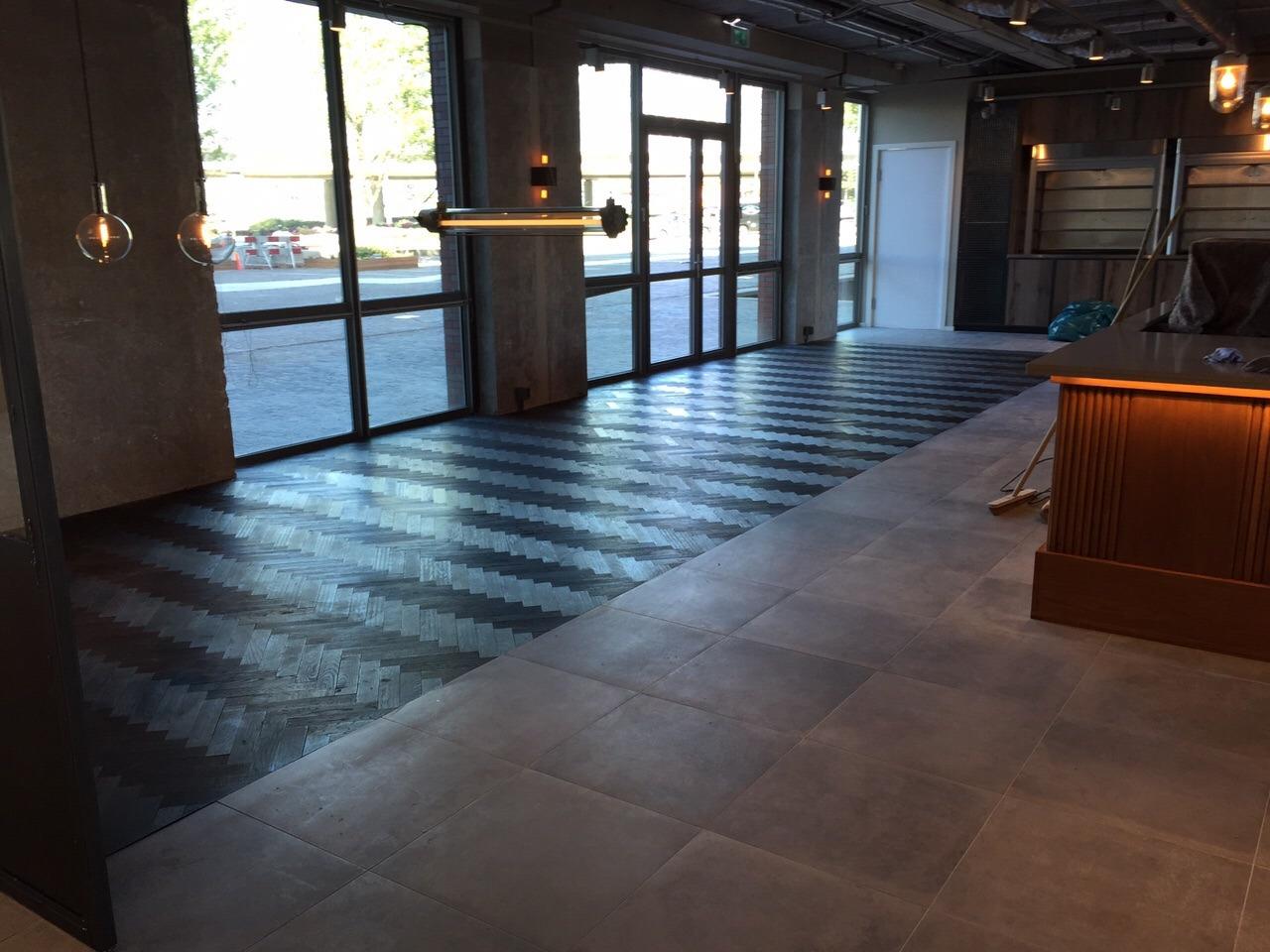 Woonkamer met donkerbruine visgraat vloer inrichting huis