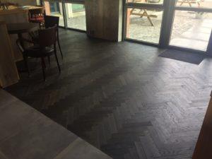 visgraat vloer in hotel gelegd