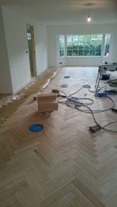 Visgraatvloer op mozaiek ondervloer leggen