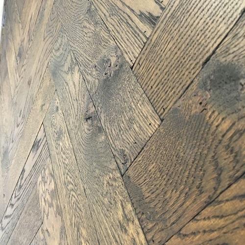 Verouderde visgraatvloer