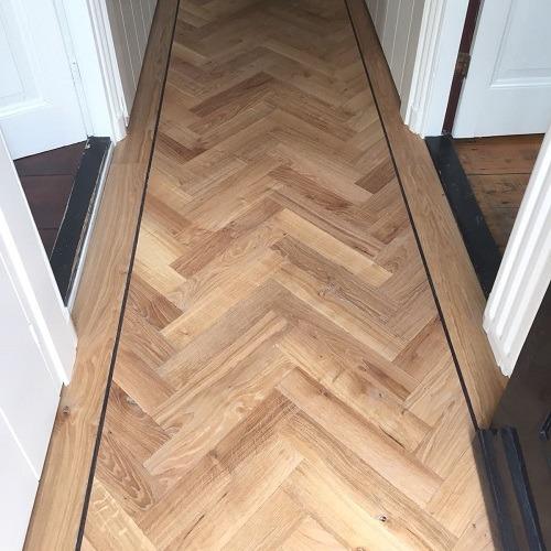 Verouderde visgraat vloer